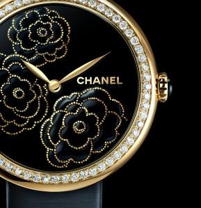 CHANEL-collection-Mademoiselle-Privé-décor-Camélia-Maki-e-or-60-diamants-taille-brillant-laque-noire-motifs-en-paillons-dor-jaune-onyx