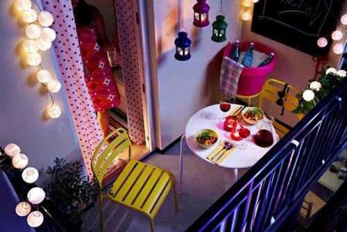 les guirlandes lumineuses seront installées en hauteur, et, à faire  soi,même, les bougies photophores colorées trouveront leur place au bord du  balcon