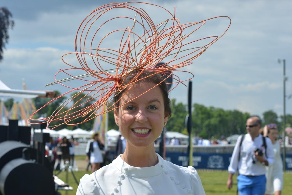 Ségolène Création : une histoire de chapeau cosmo-chic au Prix de Diane